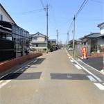 新潟市秋葉区金沢町の【新築住宅】の前面道路写真